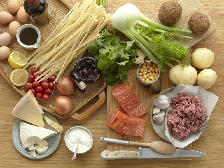 Une mauvaise santé nutritionnelle peut affaiblir le système immunitaire et rendre l'infection plus probable .. Brett Stevens / Getty Images