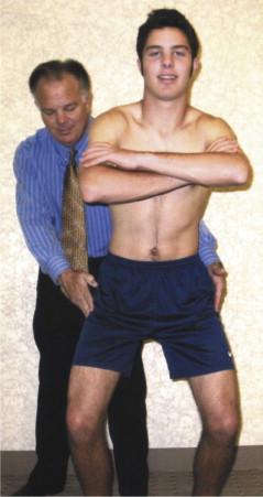 Les patients peuvent déclencher le ressaut et la douleur en passant de la position assise à la position debout et en faisant une adduction de la hanche.